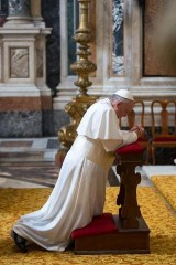 PAPA FRANCESCO ORANTE 14 FEB.jpg