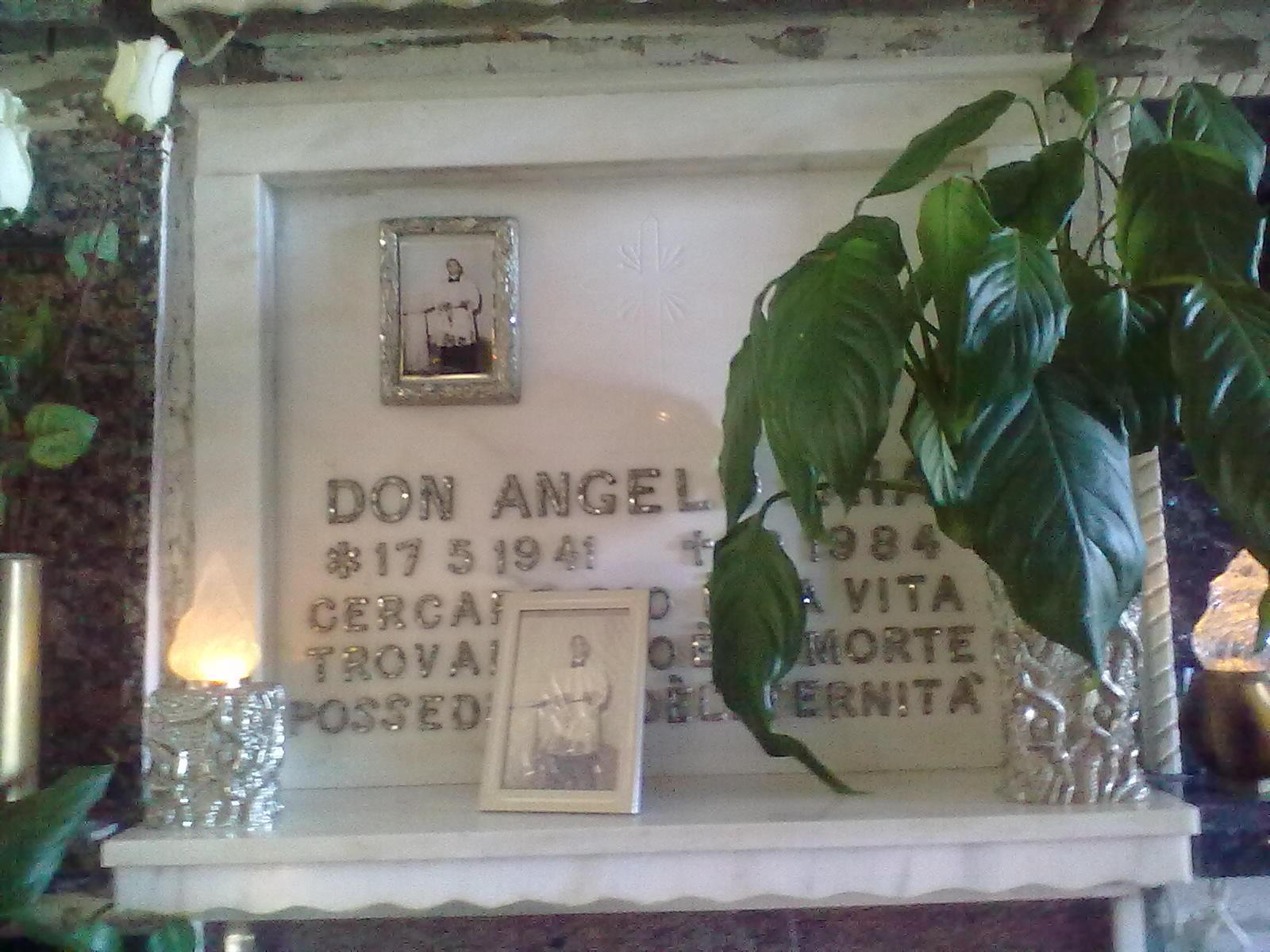 CAROVIGNO, Cimitero comunale - Qui riposano i resti mortali di don Angelo Iaia. Qualche tempo fa è avvenuta una ricognizione -di assoluta routine- della salma. Ebbene, nonostante i decenni, il corpo si mantiene bene.