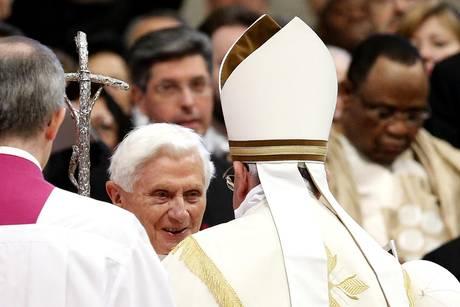 Concistoro:abbraccio di papa Francesco a Benedetto XVI